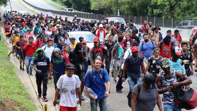 Migrantes centroamericanos caminan el 30 de agosto de 2021 por una autopista del municipio de Tapachula, en el estado de Chiapas (México). EFE/Juan Manuel Blanco