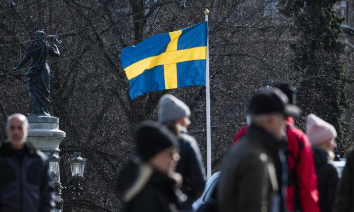 La bandera sueca ondea en Estocolmo el 4 de abril de 2020. (Jonathan Nackstrand/AFP vía Getty Images)