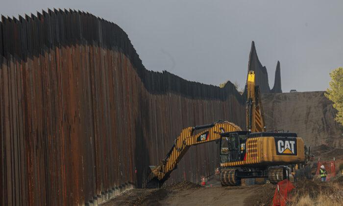 Construcción de muro fronterizo en Jacumba, California, el 22 de enero de 2021. (Sandy Huffaker/Getty Images)