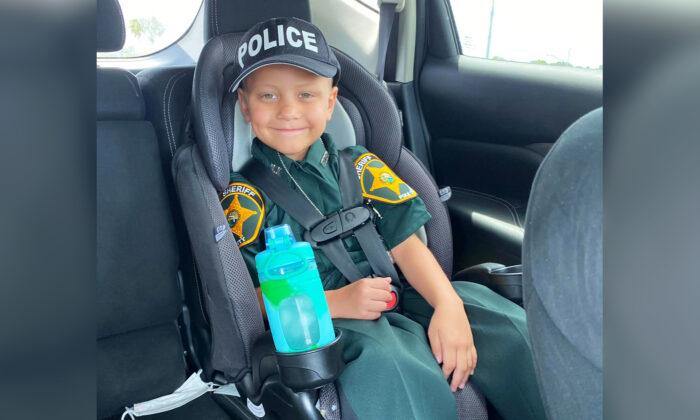 """Niño que superó el cáncer se convierte en policía honorario: """"La sonrisa en su cara no tiene precio"""""""