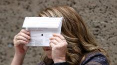 """Observatorios expresan preocupación por """"defecto"""" en sobres para elecciones revocatorias de Newsom"""