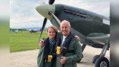 Niño de 12 años ayuda a su abuelo a cumplir su sueño de volar un Spitfire en su 80º cumpleaños