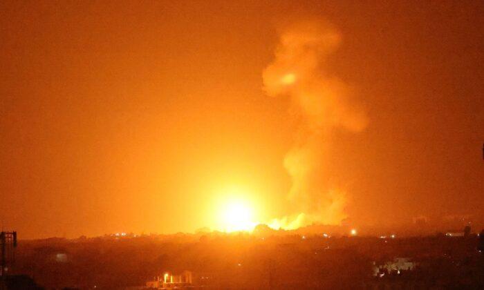 Una bola de fuego se eleva tras un ataque aéreo en Khan Yunis, en el sur de la Franja de Gaza, a última hora del 23 de agosto de 2021. (Said Khatib/AFP vía Getty Images)