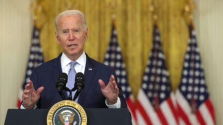 Biden insta al Congreso a permitir que Medicare negocie el costo de los medicamentos recetados