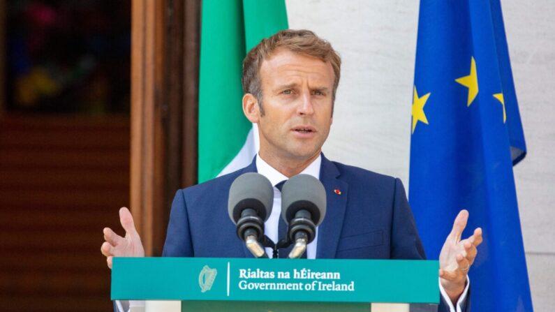 El presidente de Francia, Emmanuel Macron, habla durante una rueda de prensa conjunta con el primer ministro irlandés, Micheal Martin (no se ve), tras su reunión en los edificios del  gobierno en Dublín el 26 de agosto de 2021. (Paul Faith/AFP vía Getty Images)