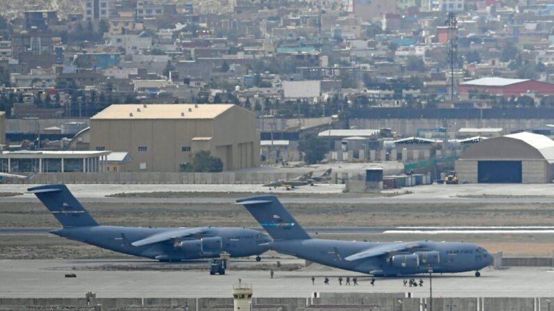 Las tropas estadounidenses caminan por la pista para abordar un avión de la Fuerza Aérea de los EE. UU. en el aeropuerto de Kabul, Afganistán, el 30 de agosto de 2021. (Aamir Qureshi/AFP a través de Getty Images)