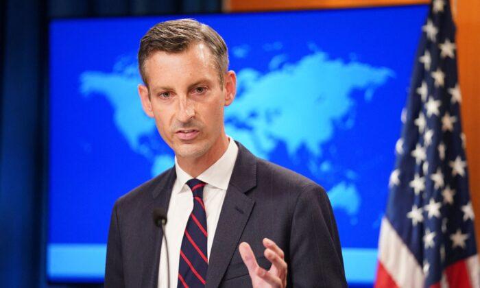 El portavoz del Departamento de Estado de EE. UU., Ned Price, ofrece una rueda de prensa sobre Afganistán en Washington, el 16 de agosto de 2021. (Kevin Lamarque/Pool/AFP vía Getty Images)