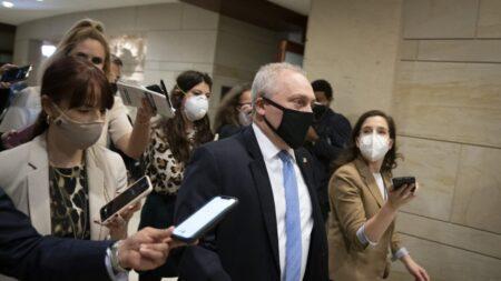 """Representante Scalise insta a fomentar y educar para abordar indecisión sobre vacunas, no a """"avergonzar"""""""