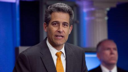 Exjefe de los CDC no prevé nuevos confinamientos por el reciente pico de COVID-19