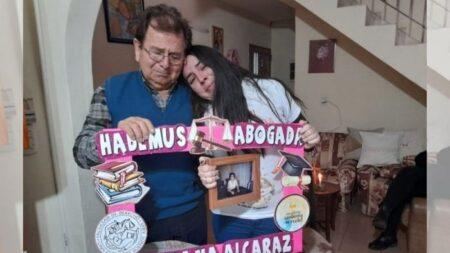 Conmovedor mensaje de joven argentina que se gradúa de abogada al día siguiente que muere su madre