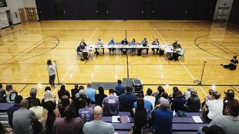 Una reunión de la Junta de Educación de las Escuelas del Condado de Kalamazoo en el Gimnasio de la Escuela Secundaria Schoolcraft en Schoolcraft, Michigan, el 23 de agosto de 2021. (Matthew Hatcher/Getty Images)