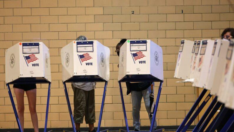 La gente vota durante el día de las elecciones primarias en la escuela P.S. 249 The Caton School en el barrio de Flatbush del distrito de Brooklyn en la ciudad de Nueva York el 22 de junio de 2021. (Michael M. Santiago/Getty Images)
