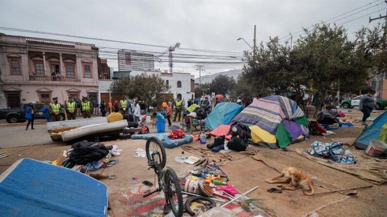 Migrantes acampan en la plaza Brasil de la ciudad de Iquique, ubicada a unos 1700 kilometros al norte de Santiago (Chile). EFE/Lucas Aguayo