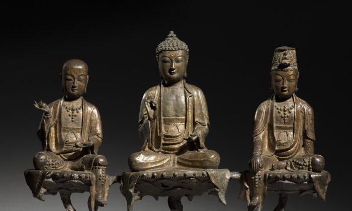 """La """"Tríada de Amitabha"""", década de 1400, de un artista desconocido de la dinastía Joseon (1392-1910), Corea. Bronce con restos de dorado; 16 pulgadas por 6 1/2 pulgadas por 21 1/2 pulgadas. Colección Worcester R. Warner, Museo de Arte de Cleveland. (Dominio público)"""
