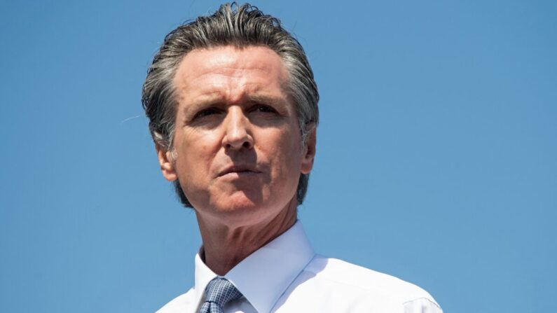 El gobernador de California, Gavin Newsom, durante un mitin de campaña contra su elección de destitución en el Centro de Capacitación de Aprendizaje Conjunto IBEW-NECA en San Leandro, California, el 8 de septiembre de 2021. (Saul Loeb/AFP a través de Getty Images)