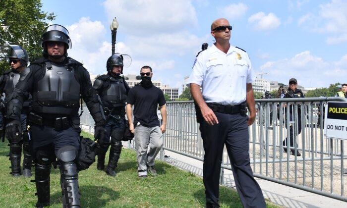 """Oficial federal arrestado en el mitin """"Justicia para J6"""" no será acusado: Fiscal"""