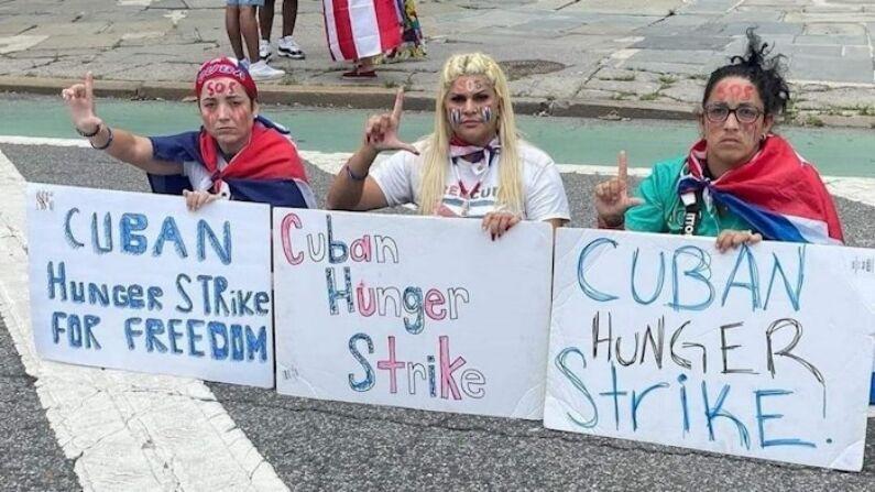 Fotografía cedida por la activista Anisley Pérez (Der.) donde aparece junto a Niurka Préstamo (C) y Yamisderky Pelier (Izq.) durante su huelga de hambre ante la sede de la Organización de las Naciones Unidas (ONU) en Nueva York. (EFE/Anisley Pérez)