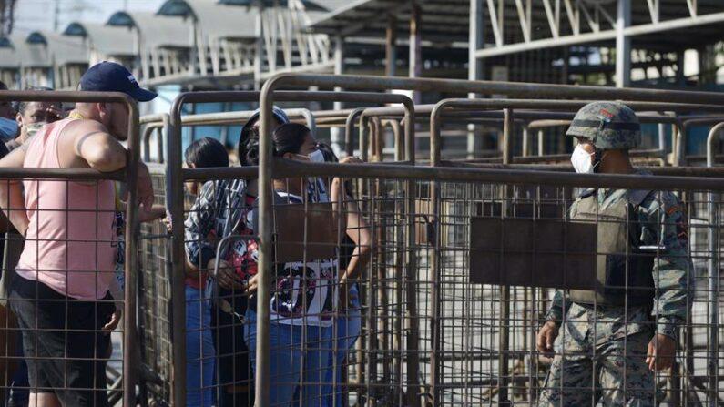 Familiares de presos piden información en la entrada del Centro de Privación de Libertad Número 1, tras presentarse un motín, el 28 de septiembre de 2021, en Guayaquil (Ecuador). EFE/ Marcos Pin