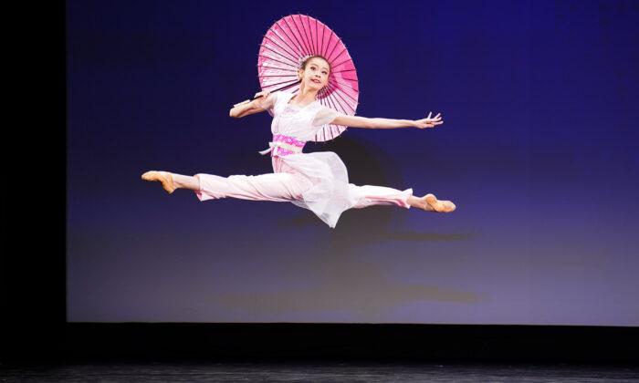 Carol Huang participa en la categoría femenina junior de la 9º Competencia Internacional de Danza Clásica China en el estado de Nueva York el 4 de septiembre de 2021. (Larry Dye/The Epoch Times)