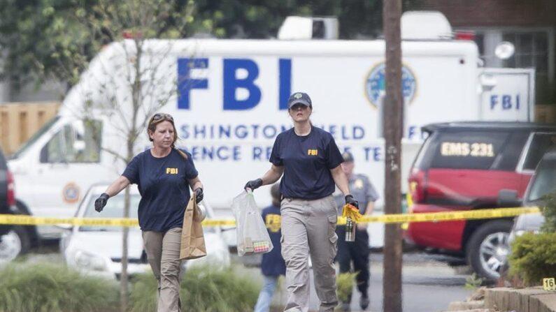 Fotografía de archivo donde se muestra a varios miembros de un Equipo de Respuesta a la Evidencia del FBI mientras trabajan en la escena de un tiroteo en Estados Unidos. EFE/Michael Reynolds