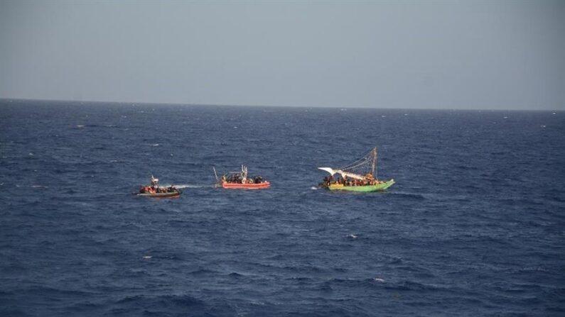 Fotografía del 18 de septiembre de 2021 cedida por la Guardia Costera estadounidense donde se aprecian dos de sus embarcaciones mientras interceptan una barca con migrantes haitianos frente a las costas de Cuba. EFE/Guardia Costera EE.UU.