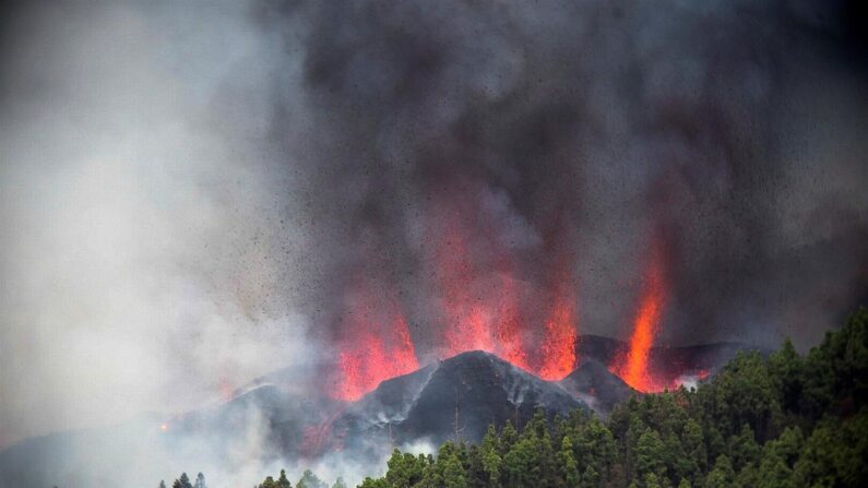 Erupción volcánica que comenzó en la Palma, una isla española ubicada en el Atlántico, el 19 de septiembre de 2021. (EFE/Miguel Calero)