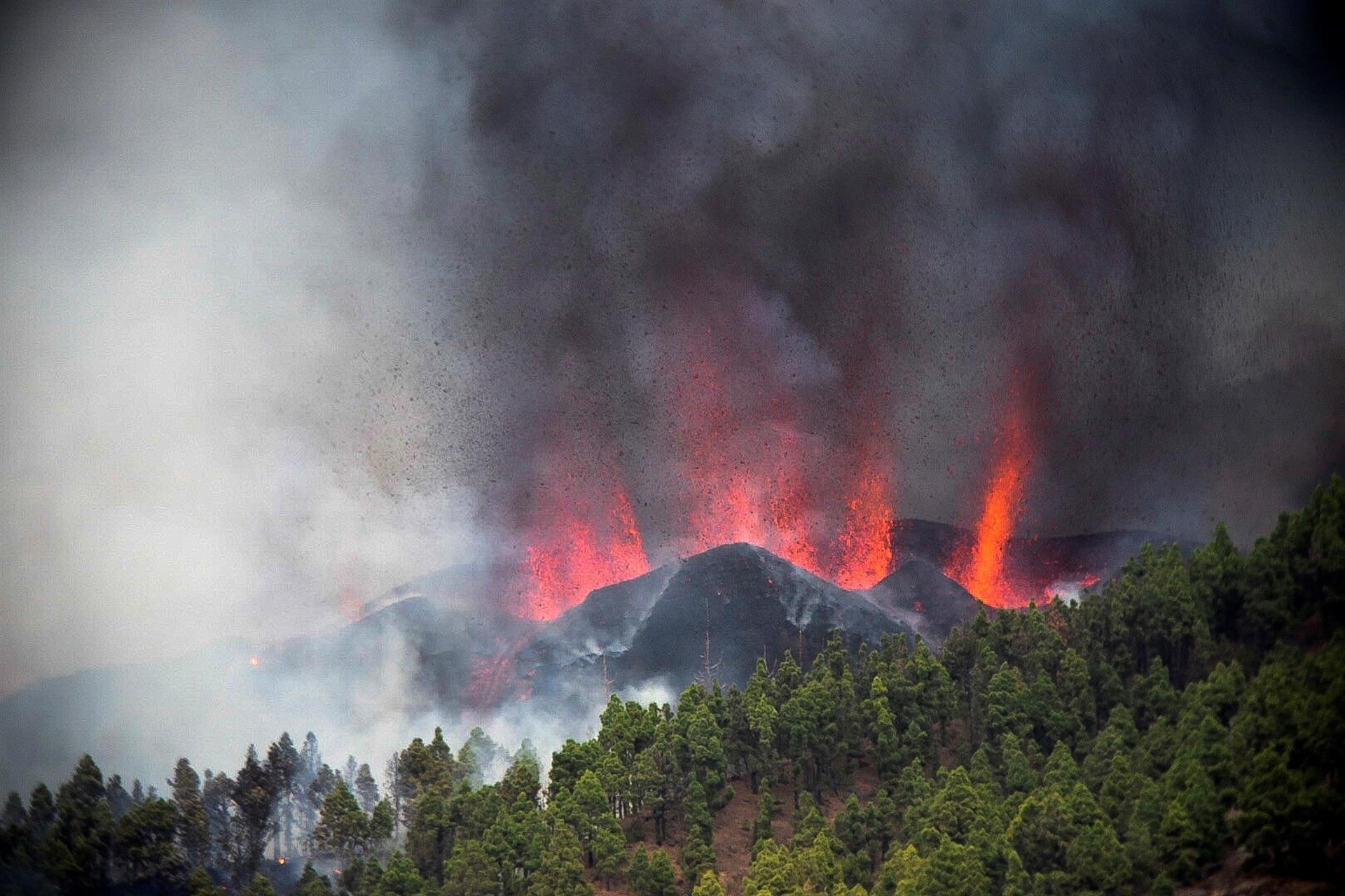 Volcán de isla española entra en erupción tras registrarse un enjambre de cientos de sismos