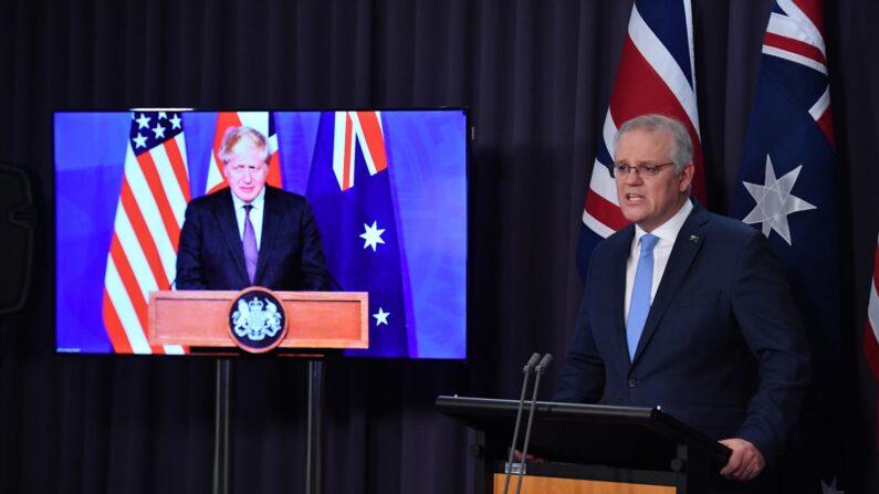 El primer ministro de Australia, Scott Morrison, habla con el primer ministro de Reino Unido, Boris Johnson, en una reunión tripartita con EE.UU. para entablar una alianza en contra del Régimen Chino, el 15 de septiembre de 2021. (EFE/EPA/MICK TSIKAS)