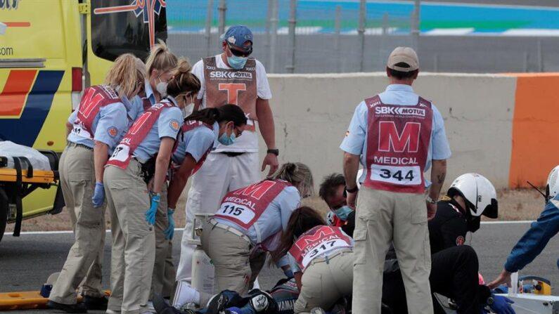 El equipo médico atiende al piloto de SuperSport300 Dean Berta Viñales (Viñales Racing Team) accidentado durante la primera carrera del Campeonato del Mundo que se celebra este fin de semana en el Circuito de Velocidad de Jerez-Ángel Nieto en Cádiz. EFE/Román Ríos.
