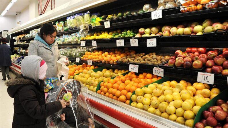 Una mujer compra frutas en un supermercado de Brooklyn (EE.UU.), en una fotografía de archivo. EFE/Justin Lane