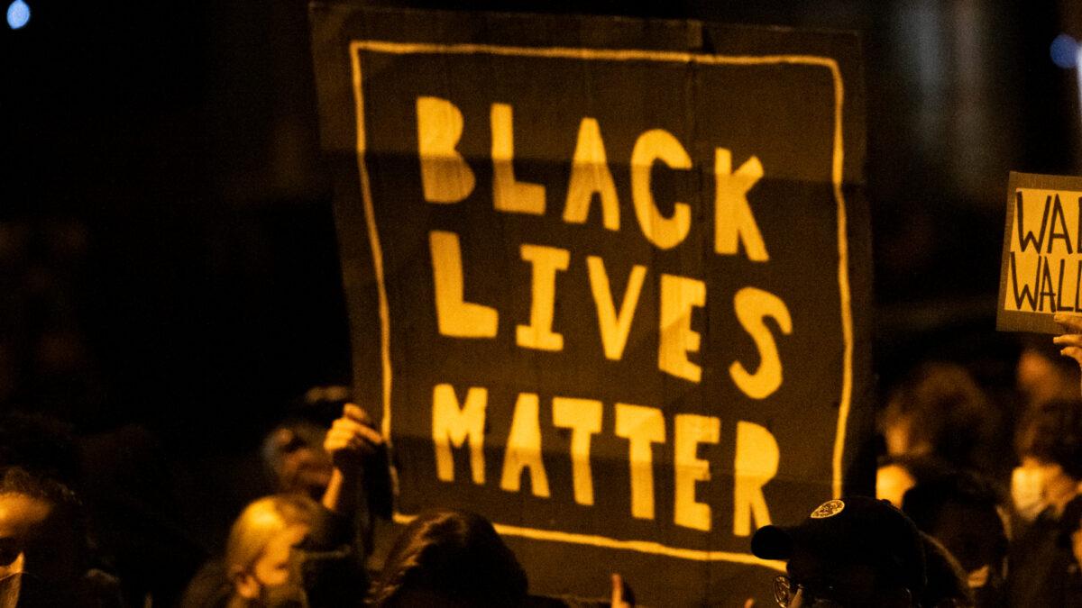 """Líder de Black Lives Matter de NYC promete """"levantamiento"""" contra pasaportes de vacunas de la ciudad"""