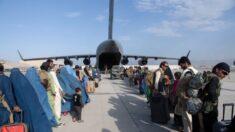 """""""Ponte al final de la fila"""": intérprete afgana se siente traicionada por el gobierno de EE.UU."""