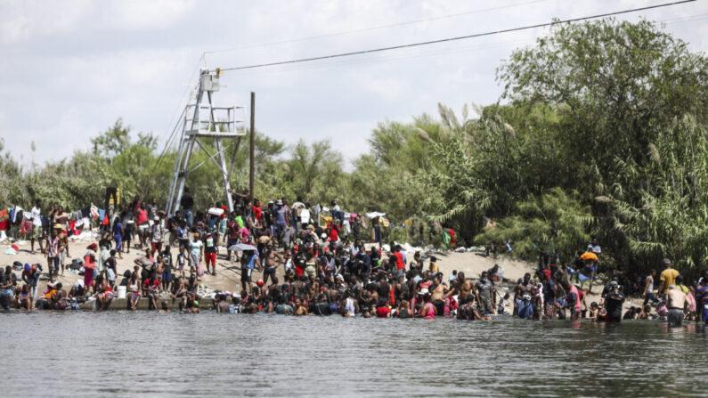 Inmigrantes ilegales se bañan y juegan en el lado estadounidense del río Grande, la frontera internacional con México, en Del Río, Texas, el 18 de septiembre de 2021. (Charlotte Cuthbertson/The Epoch Times)