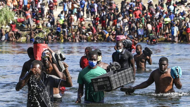 Los inmigrantes ilegales cruzan el Río Grande entre Del Río (la parte más lejana) y Acuña, México.Algunos están cruzando de regreso a México para evitar la deportación de Estados Unidos, en Acuña, México, el 20 de septiembre de 2021. (Charlotte Cuthbertson/The Epoch Times)