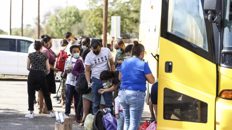 Los haitianos y otras personas que cruzaron ilegalmente la frontera de Estados Unidos son vistos subiendo a un autobús después de ser liberados por las autoridades federales, en Del Río, Texas, el 22 de septiembre de 2021. (Charlotte Cuthbertson/The Epoch Times)