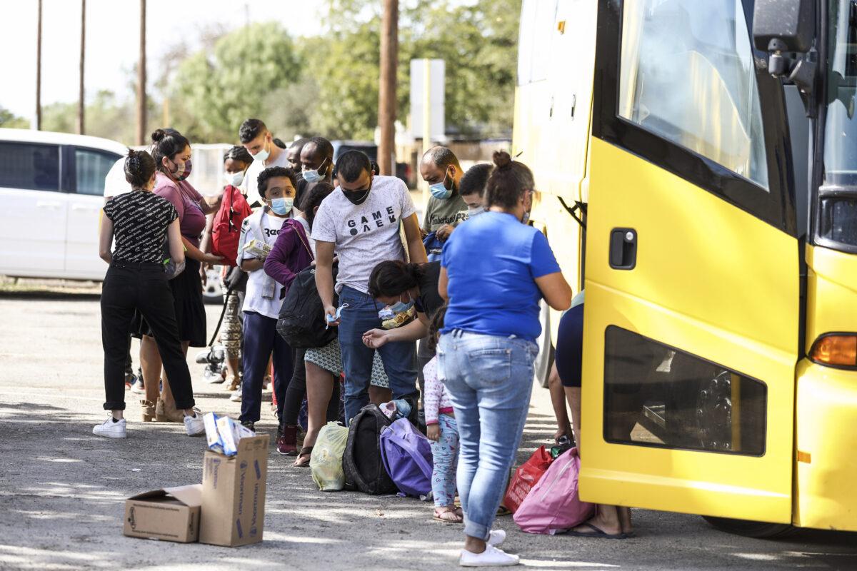 """Una """"completa crisis"""": Florida demanda a la Administración Biden por liberar a inmigrantes ilegales"""
