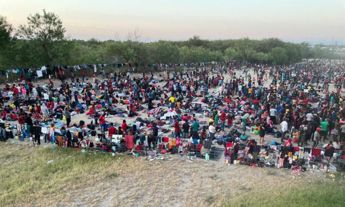 Miles de inmigrantes ilegales se reúnen cerca del puente internacional después de cruzar el río Grande en Del Río (Texas) el 16 de septiembre de 2021. (Charlotte Cuthbertson/The Epoch Times)