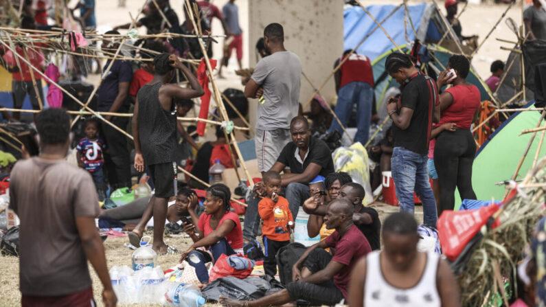 Miles de inmigrantes ilegales, en su mayoría haitianos, viven en un campamento improvisado bajo el puente internacional que cruza el Río Grande entre Estados Unidos y México mientras esperan ser detenidos y procesados por la Patrulla Fronteriza, en Del Río, Texas, el 21 de septiembre de 2021. (Charlotte Cuthbertson/The Epoch Times)