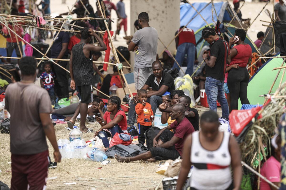 EE.UU. deporta a más de 1000 haitianos pero DHS se niega a decir cuántos fueron liberados dentro del país