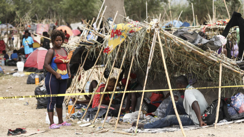 Miles de inmigrantes ilegales, en su mayoría haitianos, viven en un campamento primitivo e improvisado debajo del puente internacional que cruza el Río Bravo entre los Estados Unidos y México mientras esperan ser detenidos y procesados por la Patrulla Fronteriza, en Del Rio, Texas, el 21 de septiembre de 2021. (Charlotte Cuthbertson/The Epoch Times)