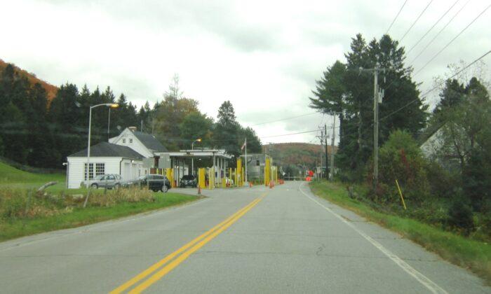 El paso fronterizo entre Estados Unidos y Canadá en Canaan, Vermont, en una foto de archivo. (Wharon vía Wikipedia/CC BY-SA 3.0)