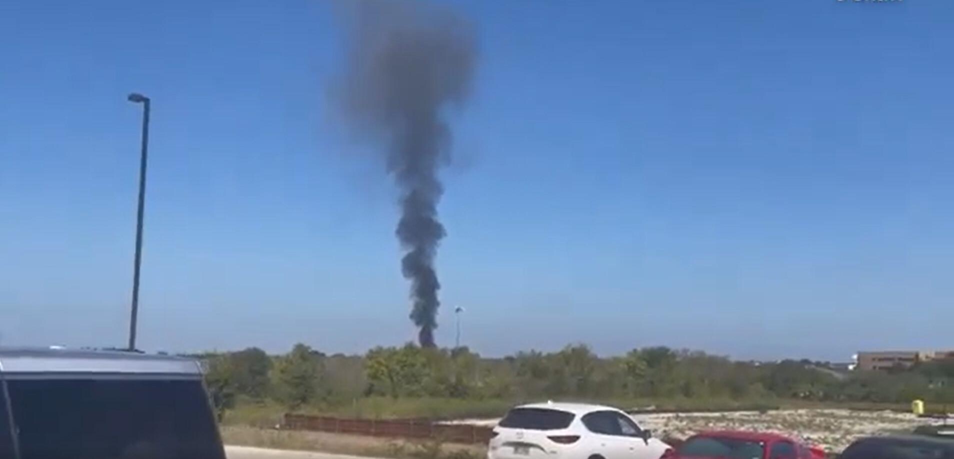 Avión militar se estrella contra casas en Lake Worth, Texas: Funcionarios