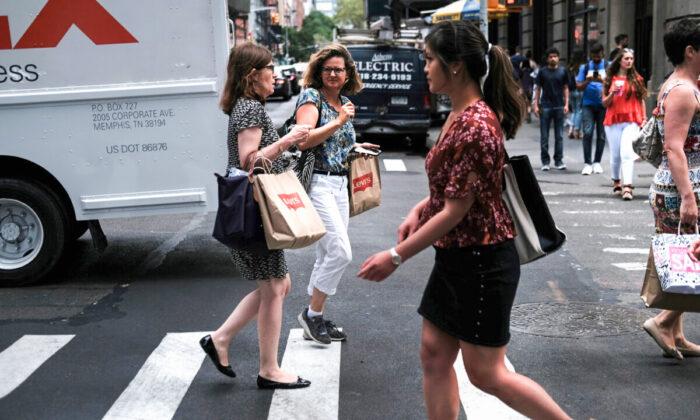 Aumenta confianza de consumidores pero miedo a la inflación baja nivel de compra al más bajo en 40 años