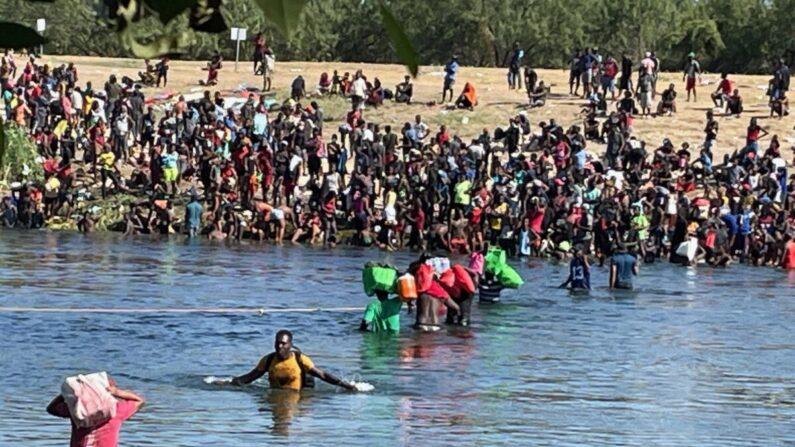 Inmigrantes ilegales cruzan el río Grande desde Del Río, Texas, hasta Acuña, México, visto desde Acuña, el 20 de septiembre de 2021. (Charlotte Cuthbertson/The Epoch Times)