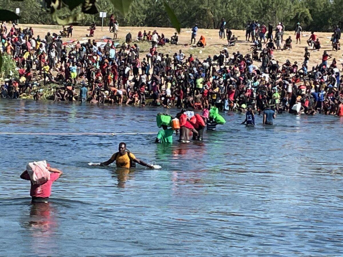Inmigrantes ilegales abandonan campamento de Texas y se dirigen a México para evitar deportaciones