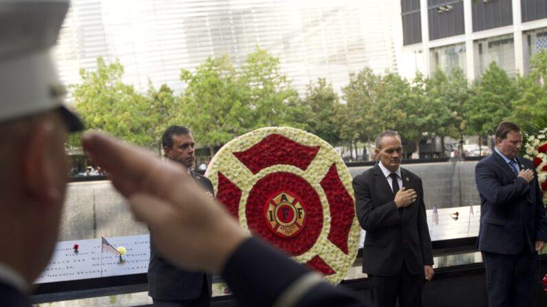 La Asociación Internacional de Bomberos lleva a cabo una ceremonia de colocación de ofrendas florales por el 20º aniversario de los ataques terroristas del 9/11 en el sitio conmemorativo del World Trade Center en Manhattan, Nueva York, el 10 de septiembre de 2021. (Enrico Trigoso/The Epoch Times)