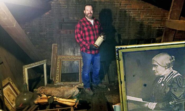 Hombre compra una casa antigua y encuentra un ático oculto con tesoro fotográfico del siglo XIX