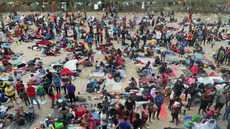 Miles de inmigrantes ilegales en Del Rio, Texas, el 16 de septiembre de 2021. (Charlotte Cuthbertson/The Epoch Times)