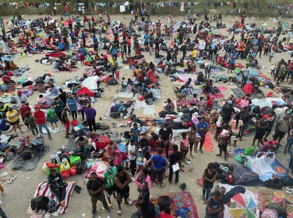 Miles de inmigrantes ilegales se aglomeran en Del Rio, Texas, el 16 de septiembre de 2021. (Charlotte Cuthbertson/The Epoch Times)