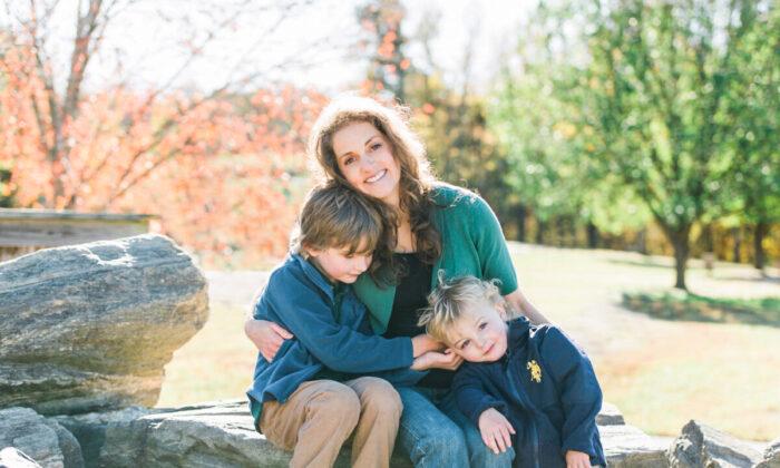 La Dra. Sina McCullough y sus dos hijos. (Foto cortesía de la Dra. Sina McCullough)
